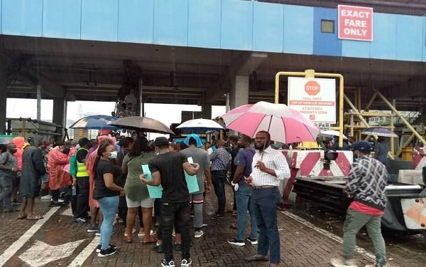 #EndSARS protesters defy rain, shut Lekki toll gate again