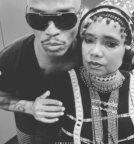 Somizi gifts Noxolo Grootboom a bottle of wine – Watch