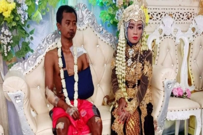 Groom wears shorts on wedding day in Indonesia