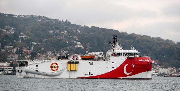 """Το τουρκικό ερευνητικό πλοίο """"Oruc Reis"""" εισήλθε ξανά, σύμφωνα με νεώτερες πληροφορίες, εντός της ελληνικής υφαλοκρηπίδας και κινείται δυτικά και εντός της παρανόμου εκδοθείσας τουρκικής NAVTEX. Το """"Oruc Reis"""" συνοδεύεται από βοηθητικά σκάφη και μονάδες του τουρκικού Ναυτικού οι κινήσεις των οποίων παρακολουθούνται από μονάδες και μέσα των ελληνικών Ενόπλων Δυνάμεων."""