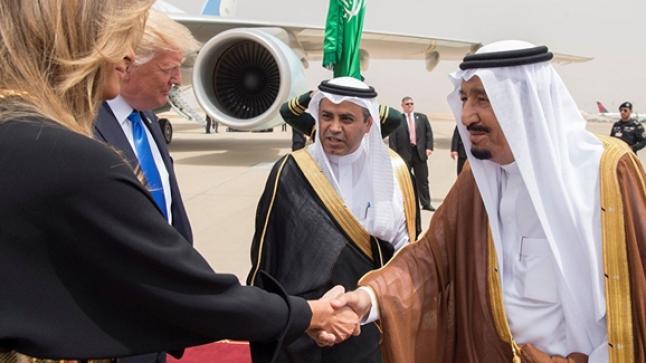 ترامب: ملك السعودية قبل يد زوجتي ثلاث مرات قبل أن أوقفه (فيديو)