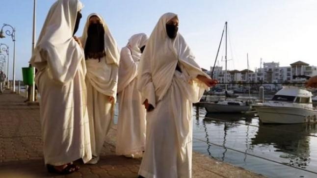 """تحدي اللباس التقليدي.. فتيات يتجولن في شوارع أكادير بـ""""الحايك واللثام"""" (صور)"""