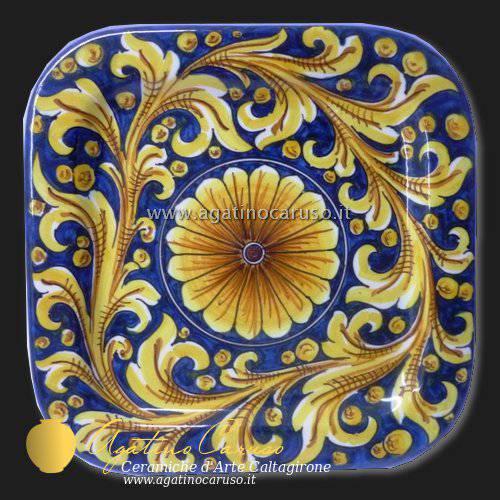 Piatti quadrati decorati in ceramica di Caltagirone