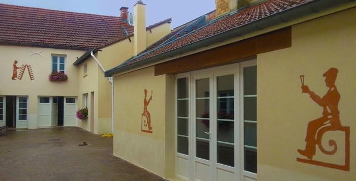 Décoration d'une cour intérieure avec notre technique d'enduit bicolore (Ludes)