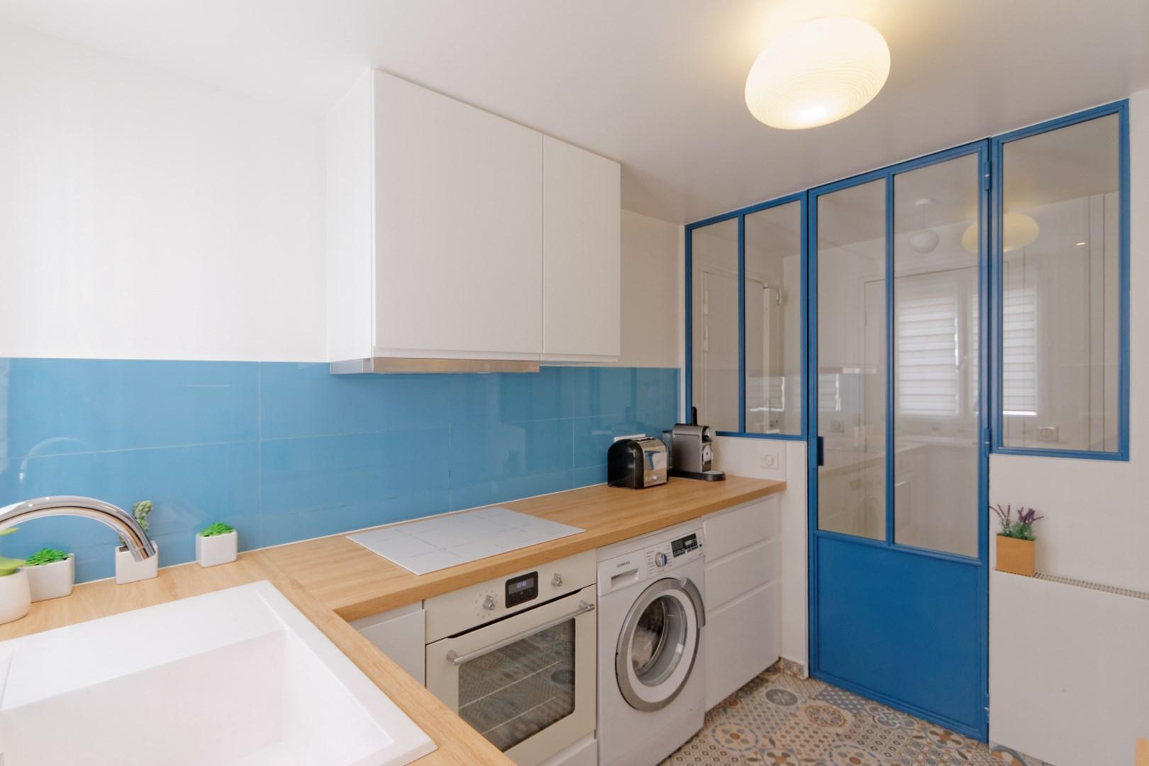 Verrire atelier carreaux ciment ambiance bleu canard
