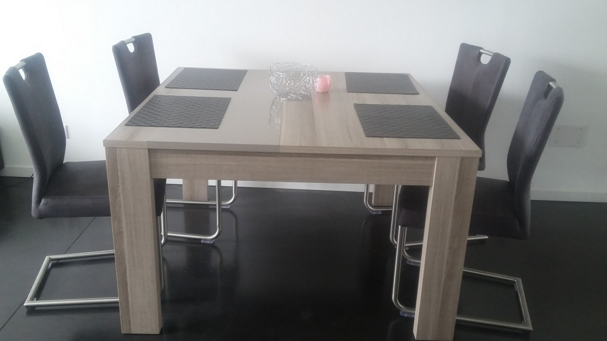 table carree izzy 4 chaises cuir
