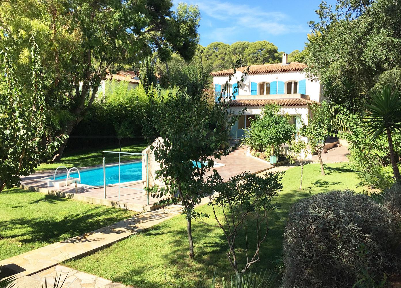 maison a vendre  la londe plage a pieds  villa avec 5 chambres et piscine  var  cote dazur