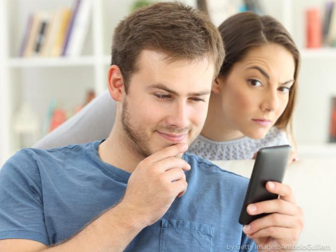 Senha estranhas em redes sociais e limpeza nas mensagens, sinal de que seu companheiro tem outra e não quer que você veja