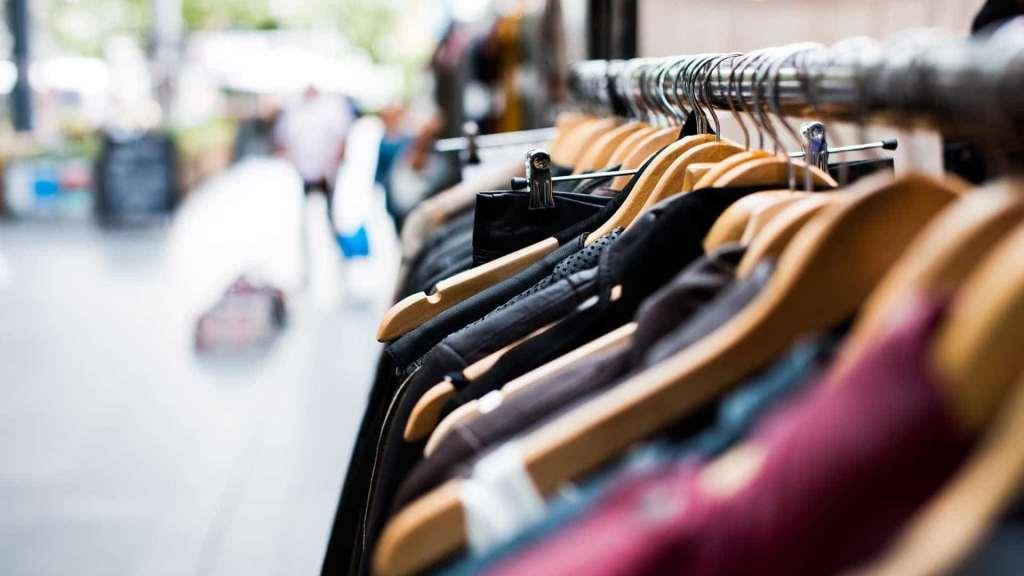 roupas enfileiradas