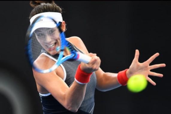 """<p>Garbiñe Muguruza en acción contra la serbia Aleksandra Krunic en Brisbane, el 2 de enero de 2018. La jugadora hispano-venezolana se quejó en la revista <em>Vogue </em>del trato sexista de los medios: """"cuando se habla de mujer y deporte todo se reduce a ver si es bonita o no"""", declaraba. Imagen: EFE</p>"""