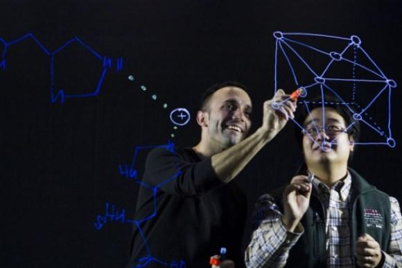 Los investigadores del MIT Francisco Martin-Martínez y Zhao Qin, describen los detalles moleculares de su investigación sobre el gusano marino que ha inspirado el nuevo material / Allison Dougherty