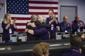 Earl Maize, director del programa Cassini de la NASA en el Jet Propulsion Laboratory, y Julie Webster, gerente de operaciones de la misión, se abrazan en un momento emotivo para todo el equipo. / NASA / Joel Kowsky
