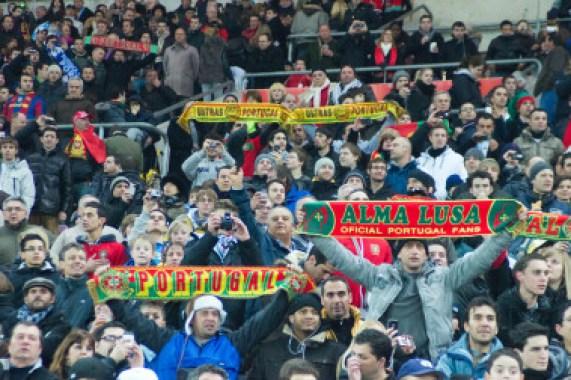 <p>En la foto, aficionados portugueses en un partido de fútbol. / Wikimedia</p>