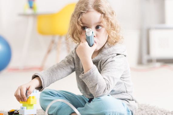 <p>Millones de personas en todo el mundo tienen que acudir a las salas de emergencia por ataques de asma cada año porque están respirando aire sucio. / Adobe Stock</p>