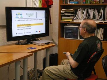 Paciente de párkinson utilizando la aplicación de estimulación cognitiva. / Carolina García Vázquez (Universidad Politécnica Madrid)