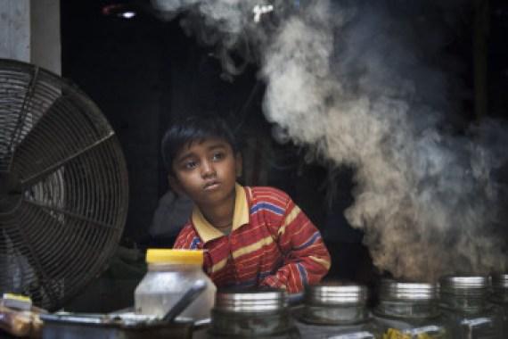 <p>Niño en una zona con aire contaminado en la India. / Wikimedia Commons.</p>