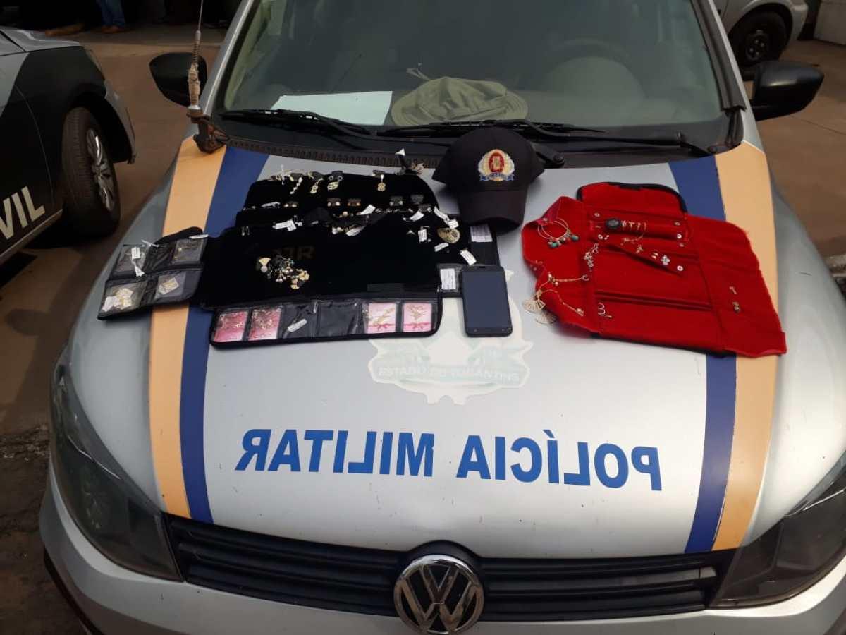 Celular e semijoias roubados pelo suspeito recuperados pela polícia/ Foto: Divulgação/PM