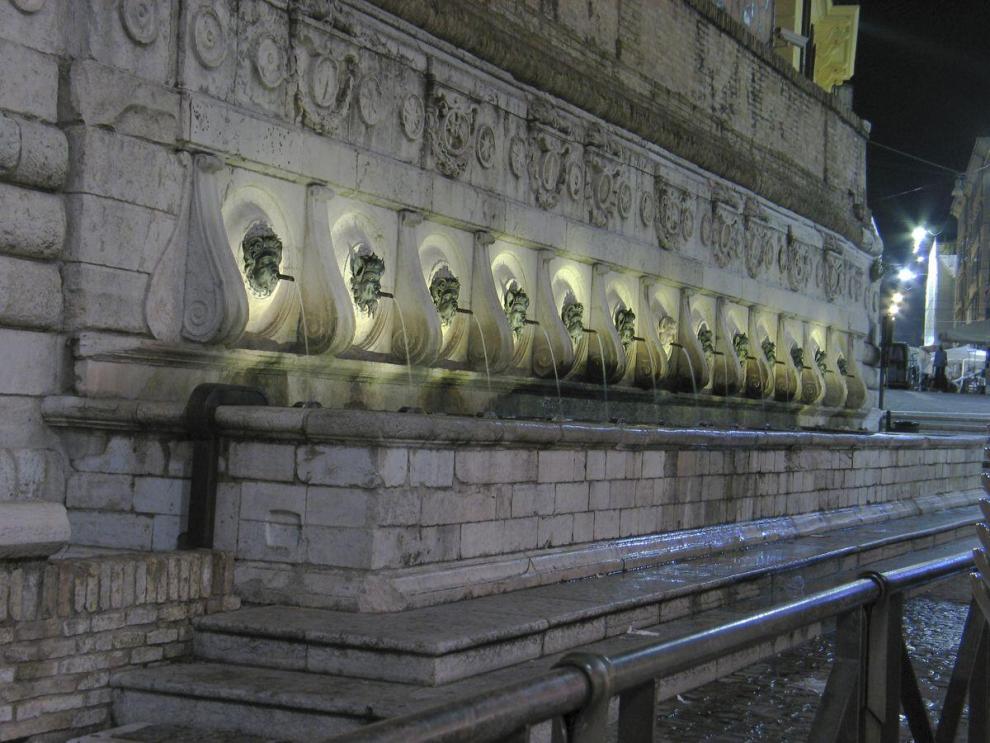 la fontana del Càlamo, chiamata anche fontana delle Tredici Cannelle è una fontana rinascimentale di Ancona.