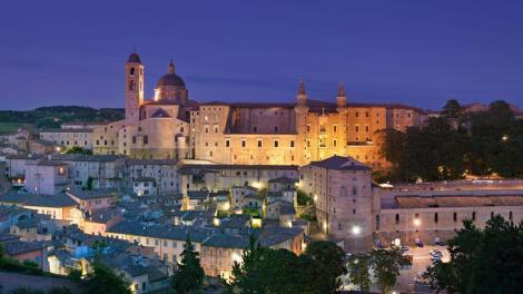 Urbino di notte, sullo sfondo il Duomo