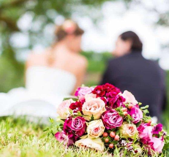 Bianchi o colorati, singoli o in bouquet, i fiori sono uno degli elementi fondamentali per rendere unica la cerimonia di nozze.