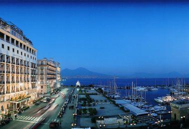 Il Grand Hotel Vesuvio, albergo 5 Stelle Lusso situato sul lungomare di Napoli, si trova di fronte a Castel dell'Ovo vicino Piazza del Plebiscito ed al Teatro di San Carlo.