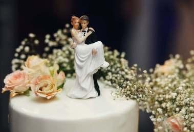 <p>Le torte nuziali, come tutti sanno, vanno servite solamente alla fine del ricevimento, proprio nel momento in cui tutti gli invitati al matrimonio possono ammirarle. Nei matrimoni le torte non sono solamente un dolce con il quale concludere un sontuoso pasto, ma sono parte del matrimonio in quanto racchiudono molti altri significati.</p> <p>Le torte nuziali devono essere in linea con lo stile scelto per il matrimonio, con la location e devono seguire anche la personalità della coppia di sposi. È quindi evidente che si tratta di un elemento molto importante e va studiato e pianificato con la dovuta attenzione.</p> Il vantaggio delle torte nuziali personalizzabili <p>Nuova Pasticceria, oltre ad avere alle spalle una lunga tradizione nella preparazione di torte, si mette a disposizione per aiutare gli sposi a scegliere le torte nuziali più adatte ai loro gusti ed esigenze, creando dolci personalizzati nel colore, nella forma e negli ingredienti.</p> <p>Con le torte personalizzate nessun dolce sarà uguale all'altro. Ogni matrimonio avrà quindi la sua torta, ma vi sono degli aspetti che vanno considerati nella scelta.</p> <p>Uno di questi è proprio il tema del matrimonio che deve legare ogni piccolo elemento con un filo invisibile che, di tanto in tanto, emerge in maniera elegante. Può trattarsi di un colore, di un tipo di fiore o di un tema, ma deve essere ripreso dalla torta.</p> <p>Nuova Pasticceria esaudisce i gusti e le esigenze degli sposi poiché sono loro ad essere festeggiati, e sono loro i primi ai quali la torta deve piacere. In questa pasticceria dalla lunga tradizione vengono realizzate torte che accontentano tutti gli ambiti: estetico e culinario. E questo viene fatto utilizzando solo materie prime d'alta qualità.</p> <p>La scelta è piuttosto ampia e può abbracciare sia le torte nuziali classiche, sia quelle in stile americano, che sono a più piani e decorate con creazioni in pasta di zucchero. Nuova Pasticceria sa che anche le torte per matrimonio seguon