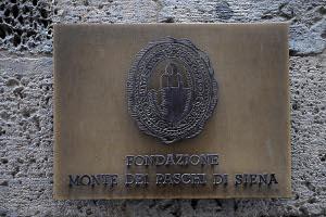 fondazione del monte dei paschi di sienanella foto: targa ingresso