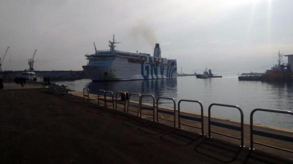 Incendi: in fiamme traghetto nel porto Palermo