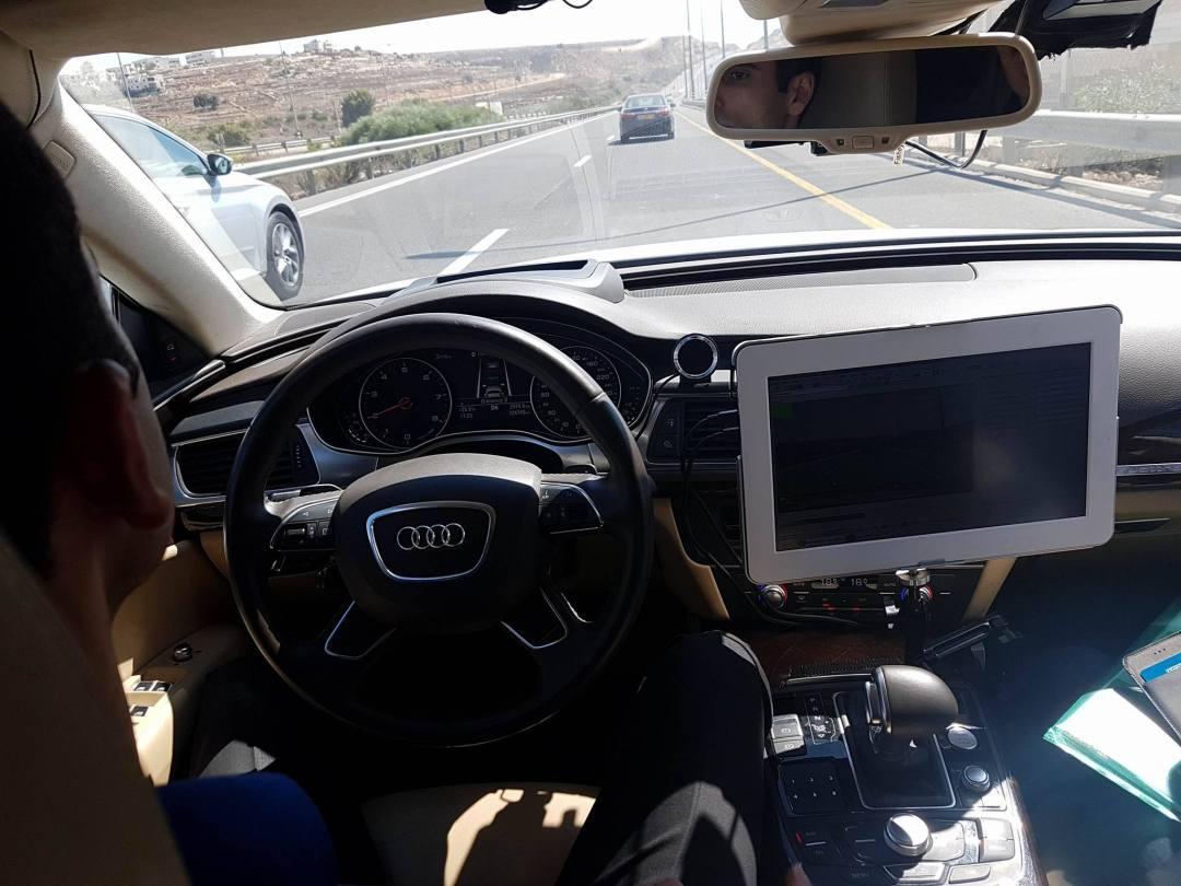 """Le """"conducteur"""" ne pose pas ses mains sur le volant !"""