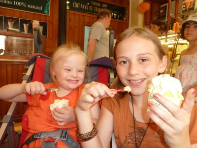 Agi K & Magdalena eating ice cream in Barcelona