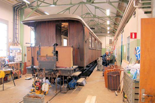 Arbete på vagn 24 i verkstaden 2012. Foto: Patrik Engberg