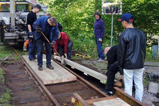 Arbete på vägövergång under banarbetsveckan 2012. Foto: Patrik Engberg