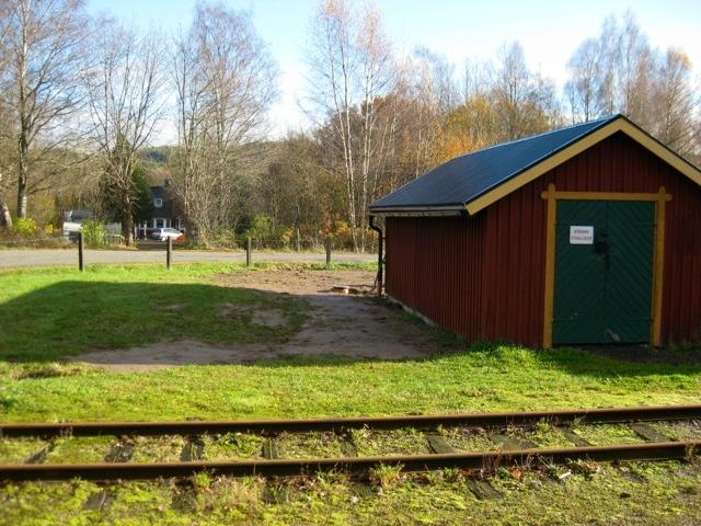 Det färdiga resultatet när dräneringen och stuprören kommit på plats vid oljeboden. Foto: Lars Johansson