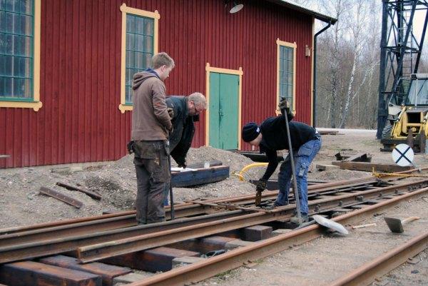 Niklas med söner bygger växel i Anten. Foto: Patrik Engberg
