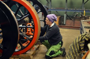Målning av koppel till vagn 22, hjulen till VGJ 31 får tillfälligt agera målarställning. Foto: Yngve CG