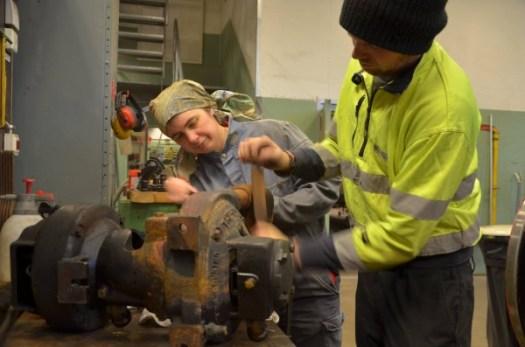 Alexander Friberg och Sophia Olsson i full gång med generatorn till VGJ 24. Foto: Yngve CG