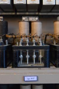 Signalrelä av 1920-talsmodell, tillverkat av LM Ericsson/Signalbolaget. I stort sett hela ställverket är byggt av begagnad och sedan länge utrangerad utrustning. Foto: Marcus Jacobson