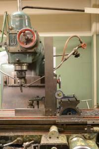 Med hjälp av vinkel och vinkelmätare kunde måttet från ramen överföras till fräsmaskinens vinkelbord. Härigenom fick varje kil samma lutning som den glidyta som den skall löpa emot. Vinkeln blev individuell på varje kil och på bilden är ännu inte vinkelbordet justerat för den kil som skall tillverkas. Foto: Marcus Jacobson