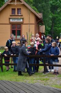 Sofia går runt med en beskrivning och visar och berättar för barnen hur ett lok fungerar Foto: Yngve Emanuelsson