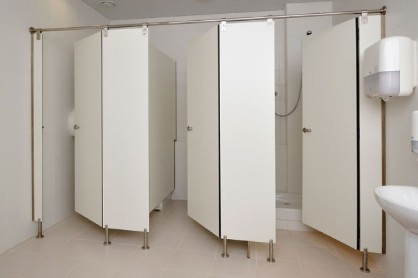 cabinas sanitarias con compacto fenólico Fundermax