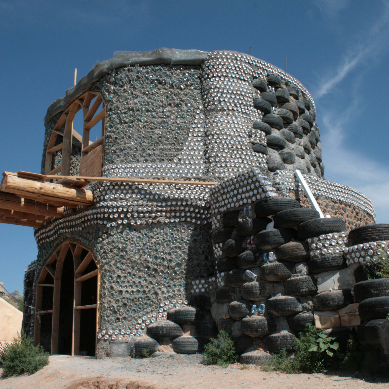 You are currently viewing Rifiuti sacri: l'architettura sostenibile di Michael Reynolds