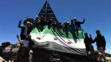Photo of تضامنا مع الشعب السوري: مغاربة يرفعون علم الثورة السورية فوق جبل توبقال
