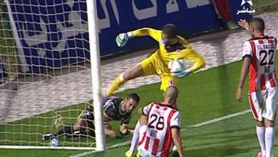 Photo of لقطة طريفة .. حارس يضرب بقوة القائم الذي أنقده من هدف !