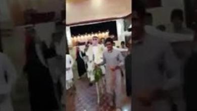 Photo of فيديو.. عريس يفاجئ المعازيم في حفل زفافه بقدومه على حمار