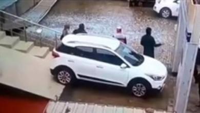 Photo of فتاة أرادت تجربة سيارة داخل معرض فتسببت بكارثة