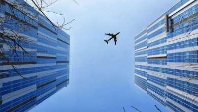 Photo of شاهد سقوط طائرة على مبنى سكني واحتراقها!