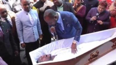 Photo of فيديو.. قس يدعي إعادة رجل إلى الحياة بعد موته يشعل الإنترنت