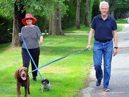 Photo of كلينتون بعد مغادرتها الخارجية: تضحك من أفعال كلابها وتمارس السباحة