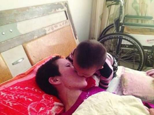 Photo of ديلي ميل: بالصور…طفل يمضغ الطعام ويضعه في فم أمه المصابة بالشلل