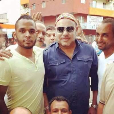 Photo of صورة نادرة للملك محمد السادس يتوسط فيها مجموعة من الشباب